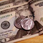 Dólar termina dia com leve queda e acumula recuo de 7,2% em novembro