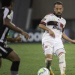 Flamengo vence o Botafogo e segue na cola do líder São Paulo