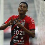 Flamengo perde para Athletico-PR e Internacional dispara na liderança