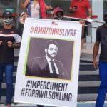 Populares protestam em frente da Assembleia Legislativa do Amazonas pedindo o impeachment do governador