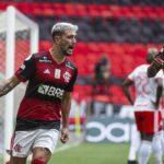 Flamengo vence Inter de virada e assume a liderança do Brasileiro