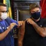 Presidente do STF toma primeira dose de vacina contra covid-19 no Rio