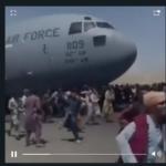 Vídeo: afegãos enfrentam tiros e se arriscam em aviões decolando apra fugir do Talibã