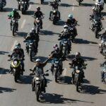 Bolsonaro faz passeio de moto no Dia dos Pais em Brasília
