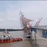 Vídeo: navio-veleiro Cisne-Branco da Marinha se choca contra ponte no Equador